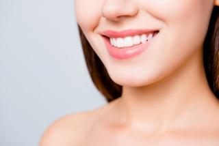 真っ白な歯を持つ女性の画像
