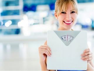 体重計を持った女性の画像