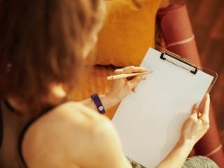 用紙を見つめる女性の画像