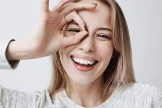 OKマークを作って笑っている女性の画像