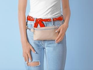 """選ぶポイントは長さ・形・色! 流行中の""""小さなバッグ""""を上手に使う活用術"""