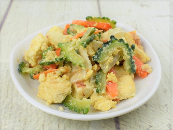 お皿に盛った「旬を味わうゴーヤチャンプルー」の画像