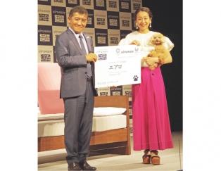 浅田真央と社長とエアロがパネルを持っている写真