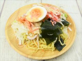 お皿に盛った「かにかまとわかめのラーメンサラダ」の画像