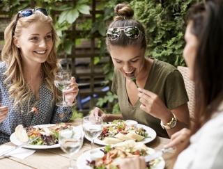 外食が続くと栄養は偏る? 実際に調べてみたところ…意外な結果に!
