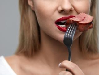 お肉をよく食べる女性がなりにくい目の病気、日本の研究から明らかに