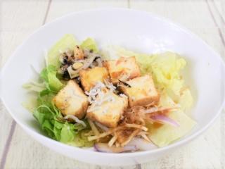 お皿に盛った「厚揚げと瀬戸内海産しらすのサラダ」の画像