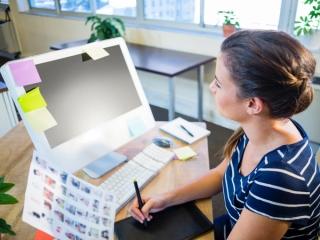 仕事中の女性の画像