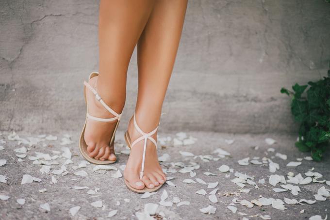 サンダルをはいている女性の足もと