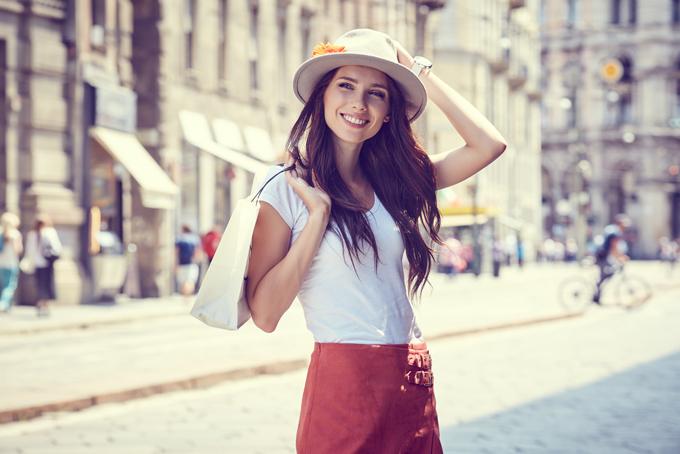 街中で白い帽子を被っている女性の画像