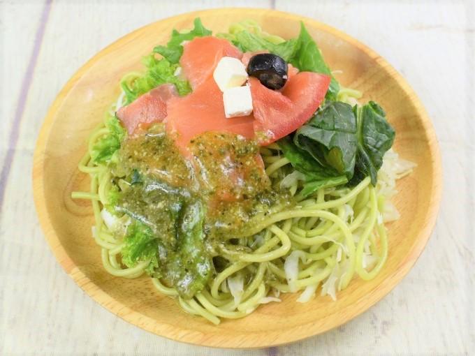 お皿に盛った「スモークサーモンのバジルパスタサラダ」の画像