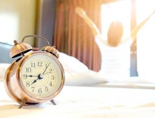 しゃべる目覚ましアプリで寝坊を回避!「目覚まし時計トーキング・アラーム-無料人気のアラーム、バイブ目覚まし時計」