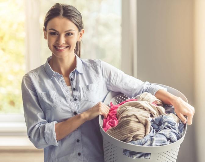 洗濯ものを持った女性の画像