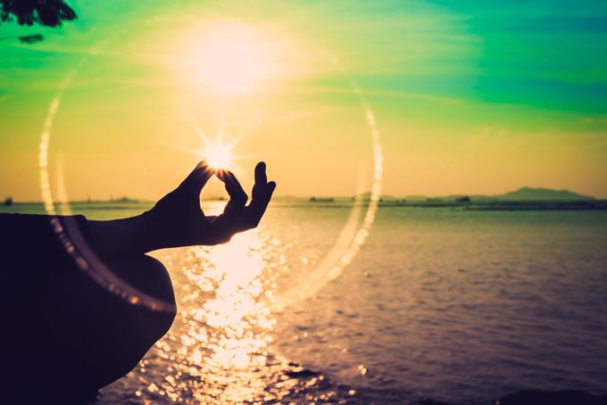 瞑想の際の手に光の輪