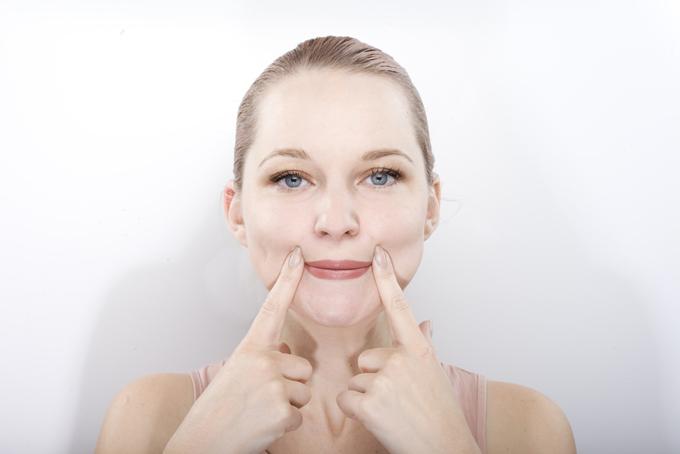 顔面体操をしている女性の画像