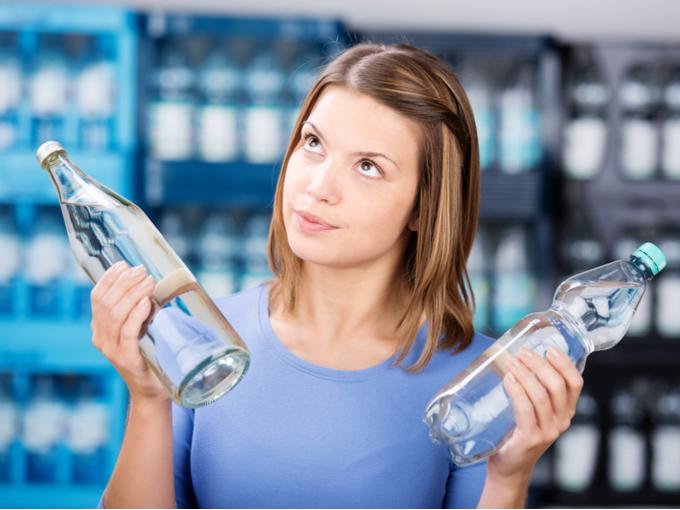 ペットボトルを選んでいる女性の写真