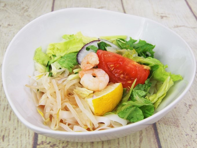 お皿に盛った「冷しトムヤムフォー」の画像
