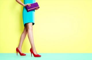 水色のワンピースを着て赤いヒールを履いた女性の足の画像