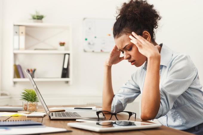仕事中に頭痛を感じてツライ女性