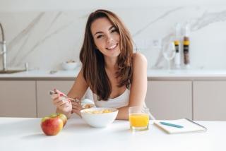朝食を食べている女性の画像