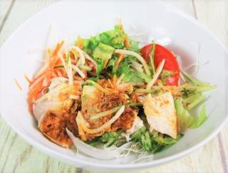 夏先取りの爽快感♡ ヘルシーなのに食べごたえバッチリなファミマの「蒸し鶏の棒棒鶏サラダ」