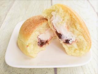 プチプチした食感がクセになる! ミルキーなクリームを甘酸っぱいいちごジャムと楽しむファミマの「ふんわりマフィン(いちご&ホイップ)」
