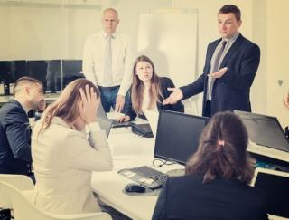 アルコールに走らせる職場のストレスってどんなもの? 飲みすぎになる人の職場には特徴も