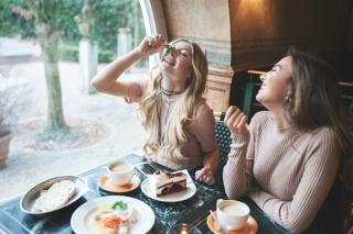 楽しく食事をしている女性2人