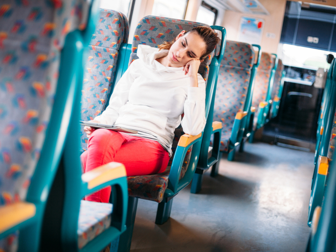 居眠りをしている女性の画像
