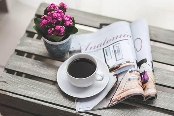 デーブルの上のコーヒーと雑誌