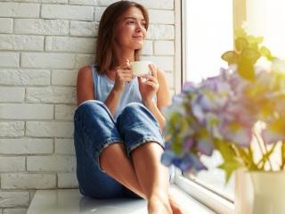 一休みする女性の画像
