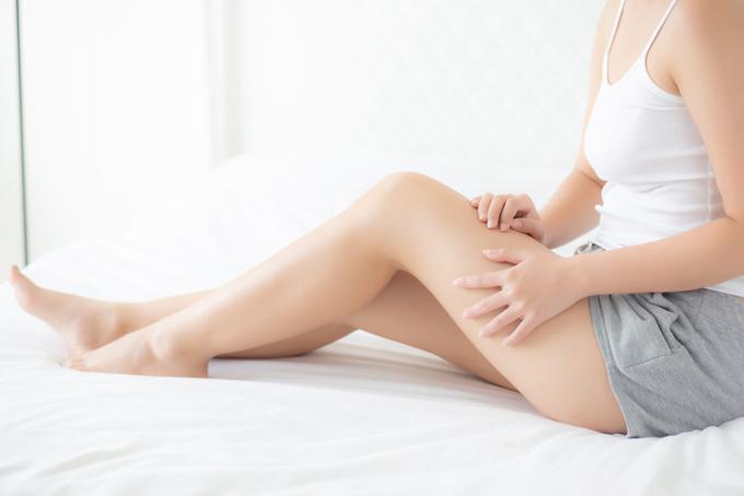 脚のむくみを気にしている女性