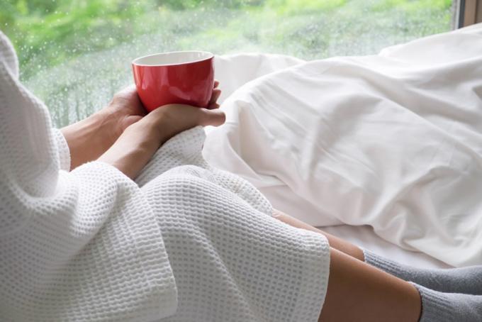 窓辺のベッドで休んでいる女性