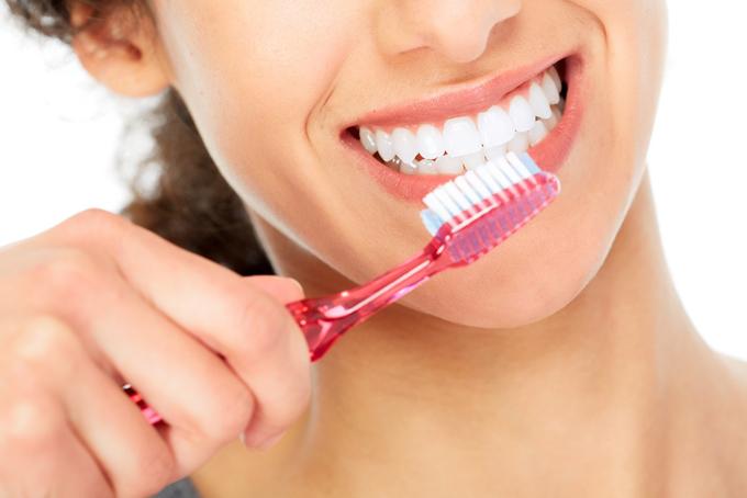 歯ブラシで歯を磨こうとしている女性のアップ画像