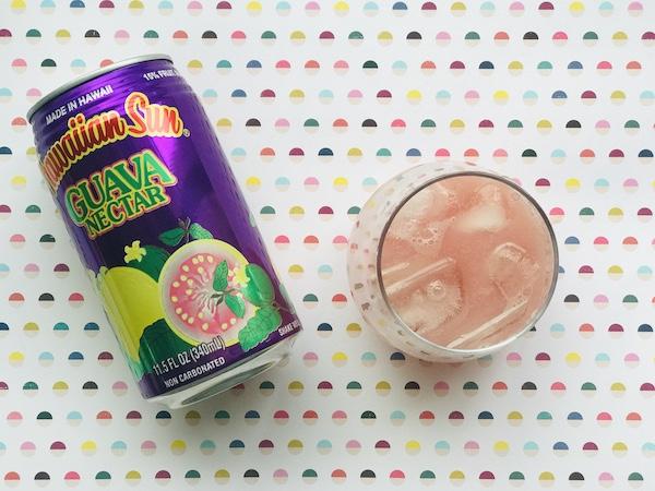 グアバジュースを缶からあけてグラスに注ぐ
