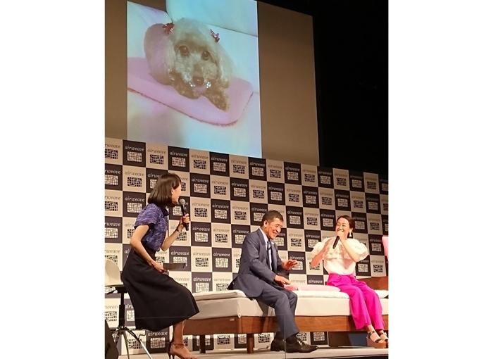 浅田真央と社長と司会者が座っている写真