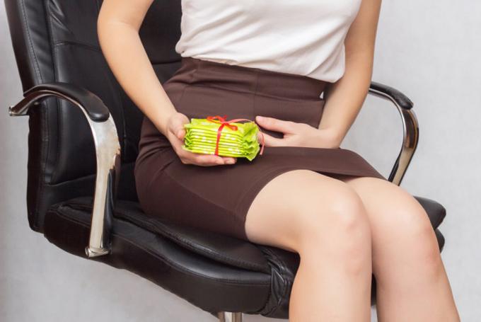 生理用ナプキンを手にする女性