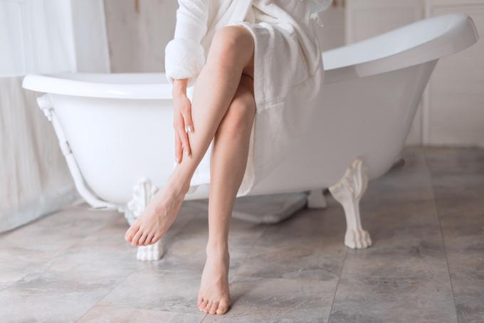 女性のひざから下のイメージ画像