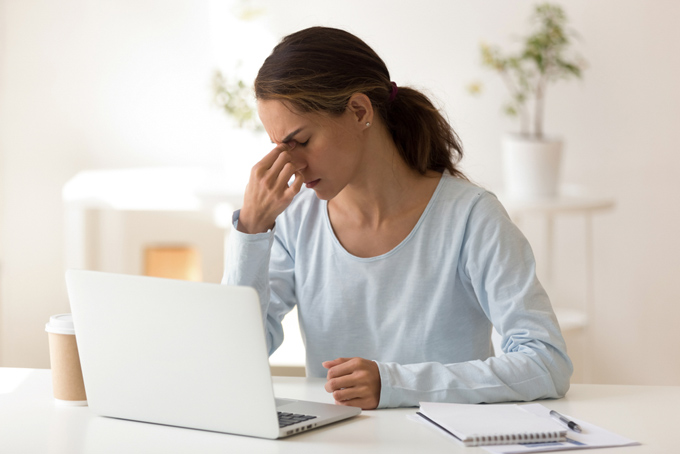 パソコン作業で目が疲れている女性