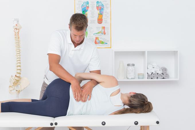 腰痛の診察を受けている女性