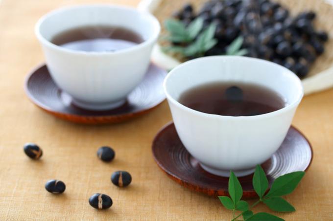 黒豆茶がカップに注がれている