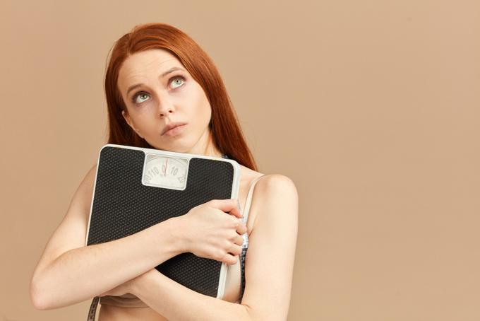 体重計を抱えている女性