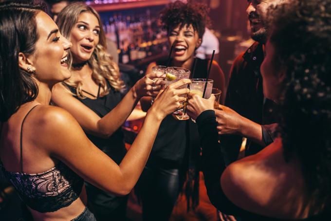 アルコールを楽しむ女性