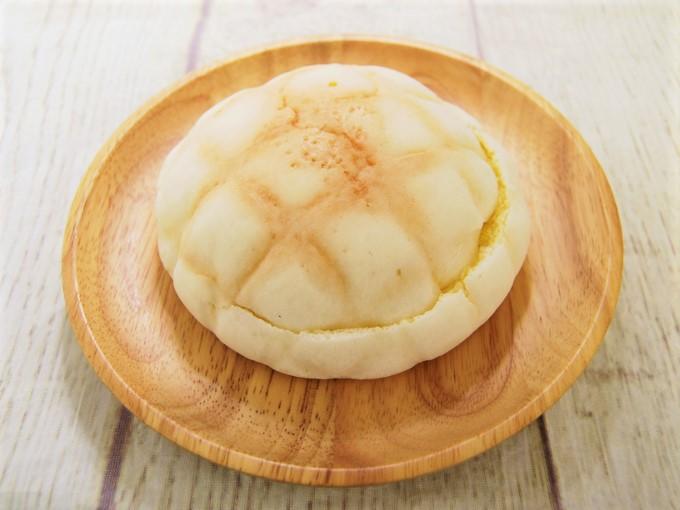 お皿に乗せた「ショートケーキ!? メロンパン」の画像