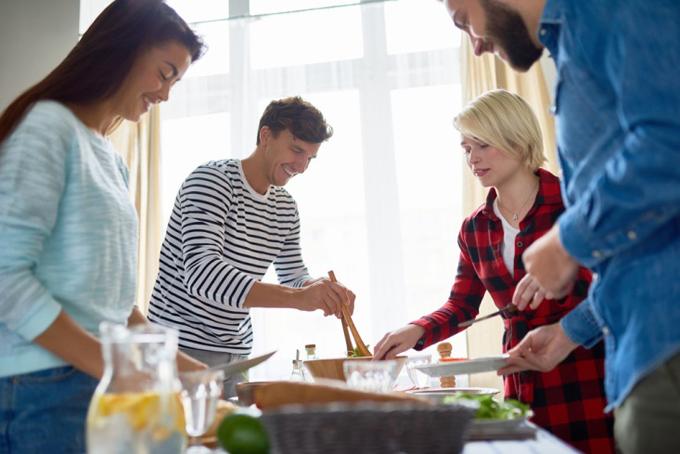 みんなで楽しく食事の準備をしているグループ