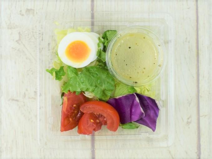 蓋を開けた「高リコピントマトとたまごのサラダ」の画像
