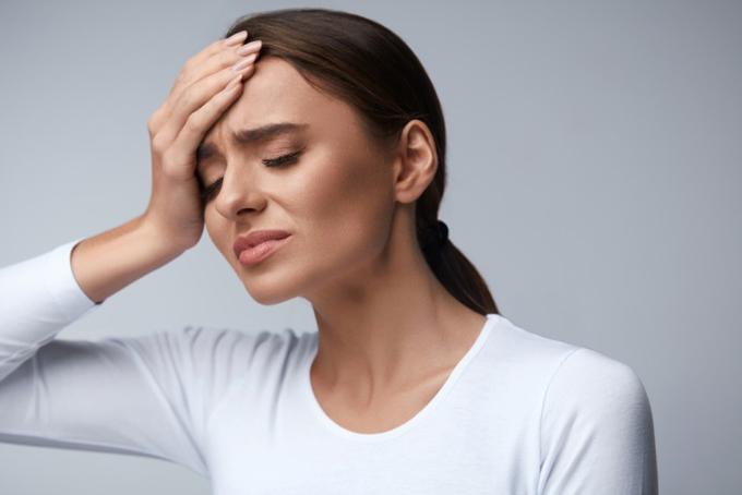 頭の痛みを抱える女性