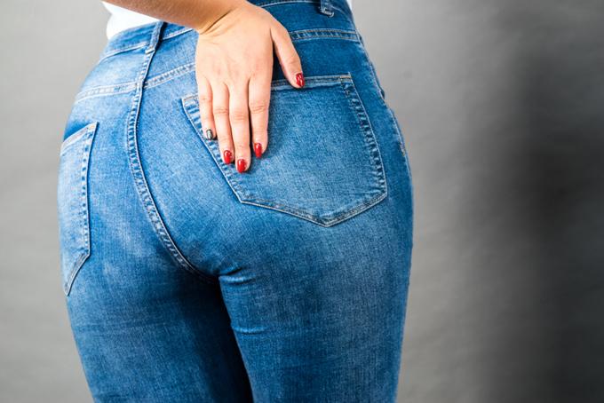 デニムを履いた女性の画像