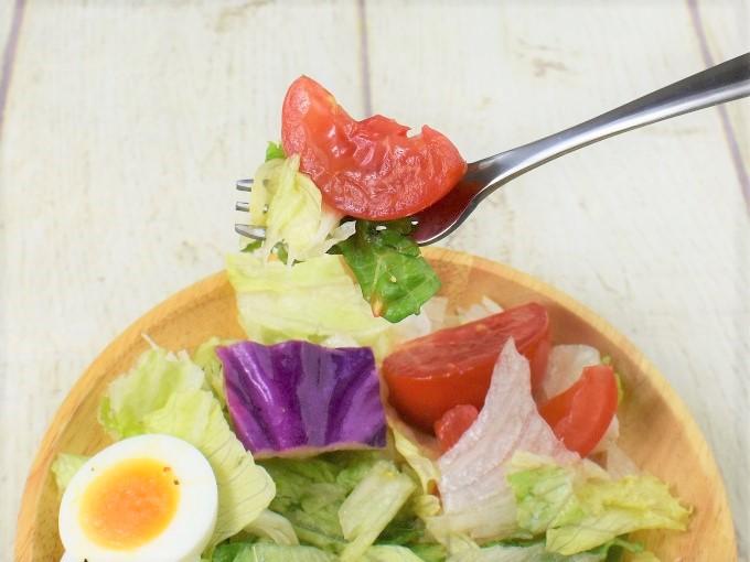 フォークですくった「高リコピントマトとたまごのサラダ」の画像