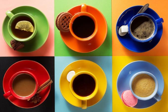 コーヒー、紅茶のカップが並ぶ画像